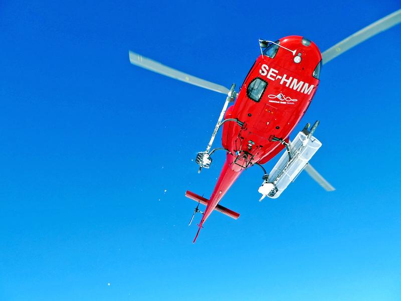 Der Helicopter hebt ab und lässt uns zurück im Schnee